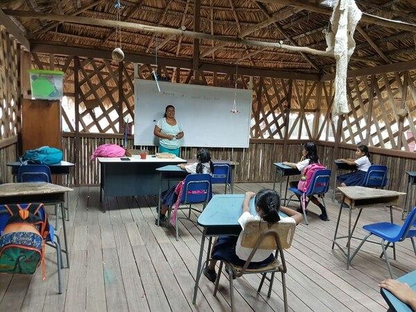 Desde hace un año y medio, Elizabeth es maestra de la escuela de la comunidad de Suiri. Ella estudió Educación en la Universidad Nacional.