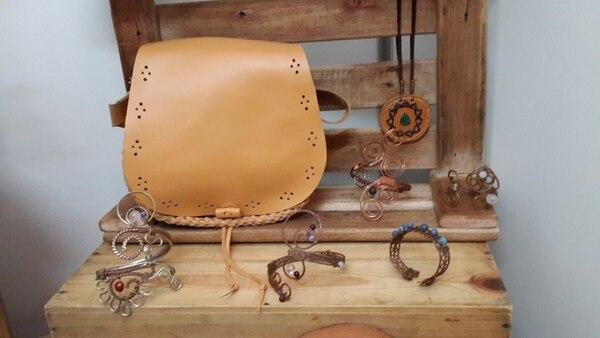 La empresaria también cose manualmente bolsos en cuero.