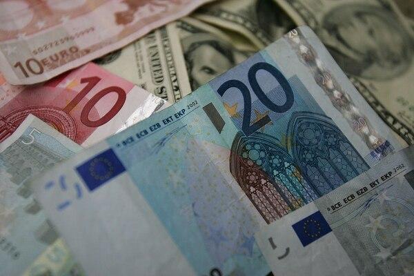 La deuda pública española creció el 7,12 % a marzo de 2014 y alcanzó los 989.925 millones de euros (1,3 billones de dólares).