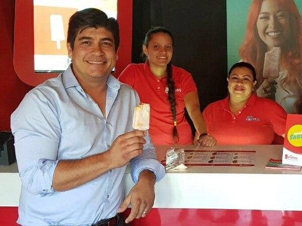 El ahora presidente de la República, Carlos Alvarado, visitó una de tienda de Los Paleteros, cuando era candidato. Fotografía: Archivo GN.