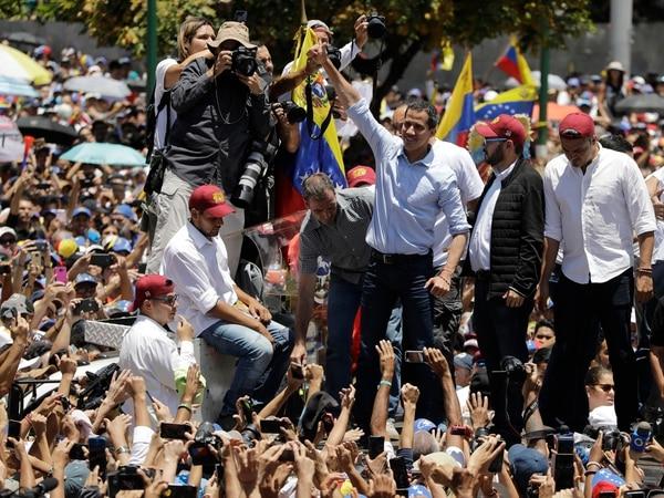 El líder opositor Juan Guaidó durante la marcha de este 6 de abril en Caracas. AP