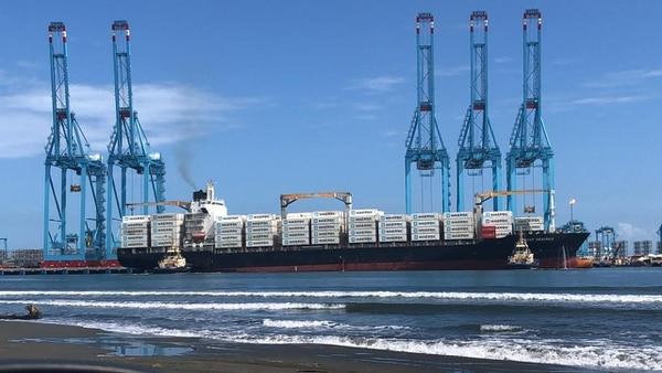 El Capitán Beatrice fue el primer barco comercial que atracó en la Terminal de Contenedores de Moín (TCM), llegó al país el pasado sábado 27 de octubre con 2.500 contenedores listos para exportar piña y banano de Costa Rica a Europa. Fotografía: cortesía de APM Terminals.