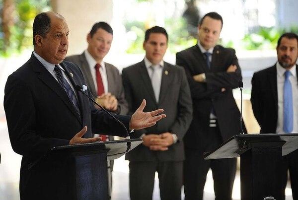 El presidente Luis Guillermo Solís, comunicó a los jefes de las nueve fracciones legislativas que su Gobierno insistirá en aprobar un paquete tributario durante este año.