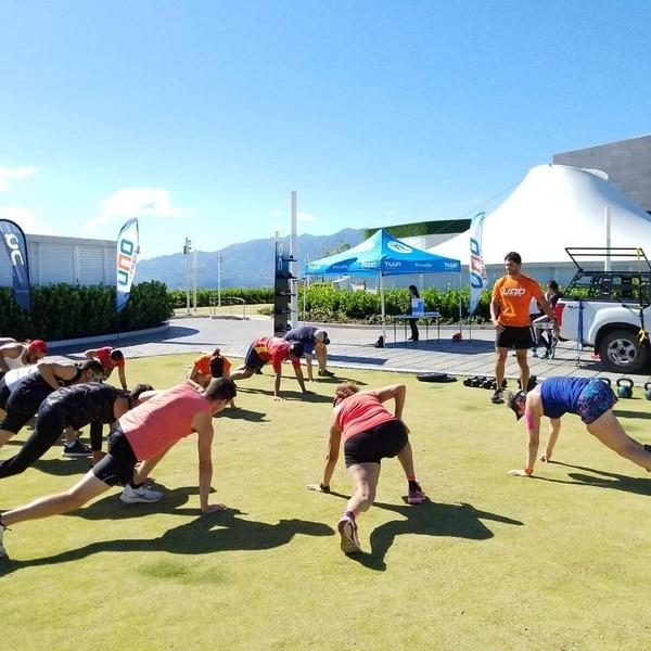 Las clases con el gym móvil se realizan en parqueos y otros espacios abiertos. (Fotos cortesía FIT CR)