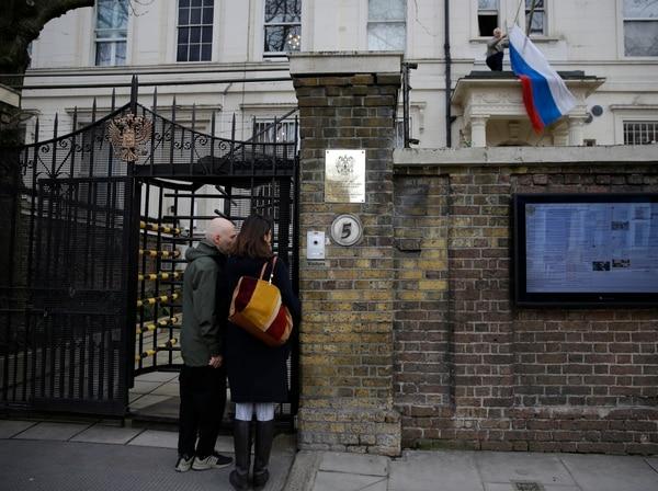 Dos personas esperaban el momento para ingresar a la Embajada de Rusia en Londres, este miércoles 14 de marzo del 2018.