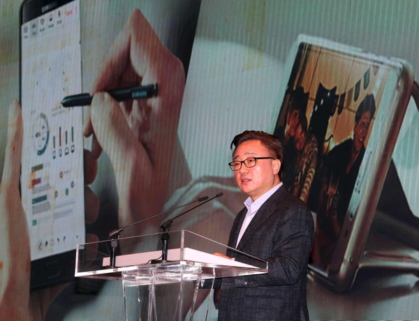 Koh Dong-Jin, presidente de Samsung Electronics' Mobile Communications Business, habla durante la conferencia de prenss en Seúl este lunes 23 de enero.