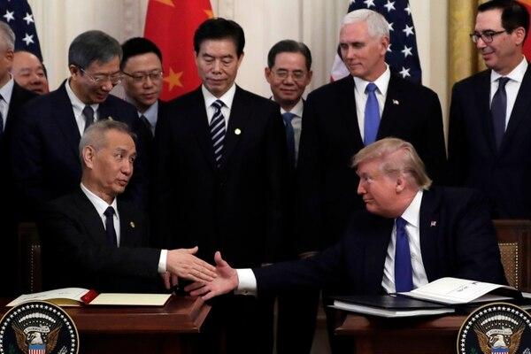 China anunció este jueves que reducirá a la mitad sus aranceles a productos estadounidenses por valor de $75.000 millones en importaciones anuales.(AP Photo/Evan Vucci)