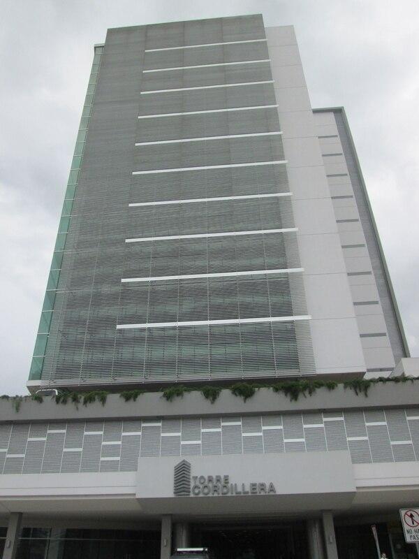El Oficentro Torre Cordillera está ubicado en Pavas. Cuenta con 35.000 metros cuadrados, 17 niveles, y registra espacios disponibles.