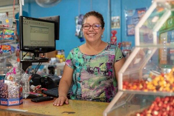 Ana Mireya Ramírez Blanco, propietaria del Mini Super San Rafael, trabaja con su hermano Ricardo en la diversificación de la oferta, con servicios y facilidades que benefician a los vecinos y hacen crecer su negocio en Quebradas, de Tambor, Alajuela. Fotografía: José Cordero