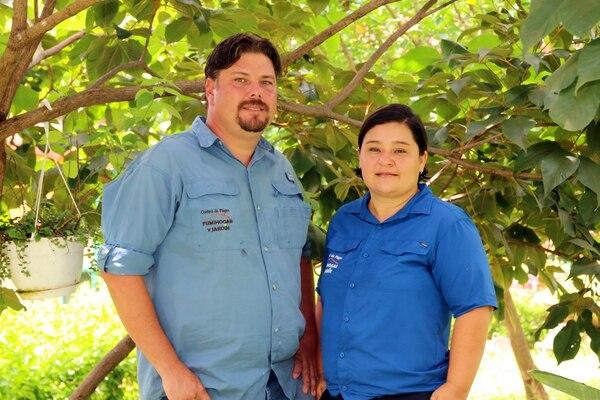 Los esposos Rosibeth Alvarado Badilla y Rodrigo Bolaños De Ford son agrónomos y socios. (Foto: Fumihogar y Jardín para EF).