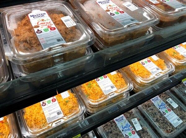 En varios formatos de la cadena Walmart es posible encontrar desde productos caseros, como gallo pinto y olla de carne, hasta opciones gourmet para fechas especiales. Foto: Cortesía de Walmart