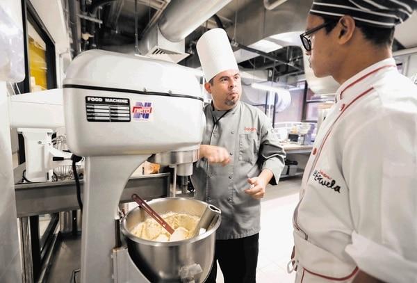 Parte del equipo de profesionales en gastronomía en las nuevas instalaciones de Sabores La Escuela en Llorente de Tibás.