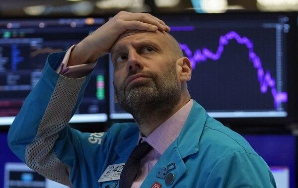 Meric Greenbaum, analista de Maker IMC Financial, mira el tablero antes de que suene la campana de apertura en la negociación en la Bolsa de Nueva York. Fotografía: AFP.
