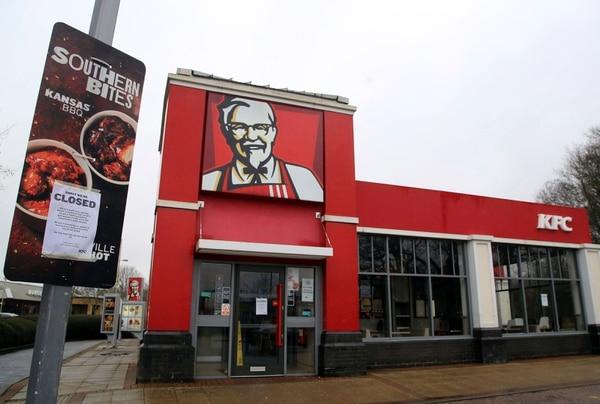 Este restaurante KFC cerca de Ashford, Inglaterra, tiene letreros de