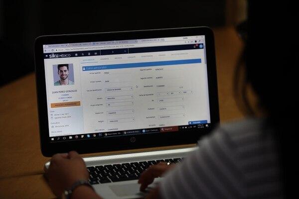 Algunos servicios o software de facturación también incluyen módulos de expediente del cliente y se pueden integrar a los sistemas contables o gerenciales que tengan las empresas. (Foto Graciela Solis / Archivo)
