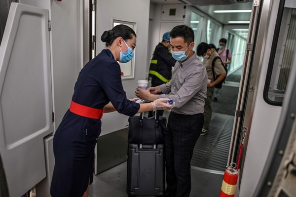 La organización de compañías aéreas aboga por el establecimiento en aeropuertos y compañías de medidas sanitarias (mascarilla, toma de temperaturas, declaración de salud). (Foto: Hector RETAMAL / AFP)