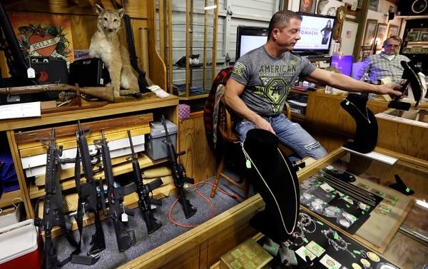 Esta tienda de subastas en Rochester, Washington, ofrecía en noviembre de 2017 rifles de asalto (a la izquierda en la imagen) para su venta libre. Foto: AP.