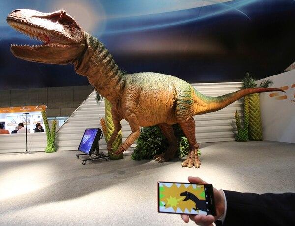 Con una app móvil se controla el robot dinosaurio para que salte y se mueva.