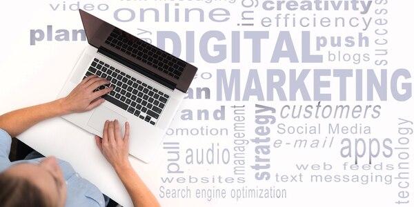 El mercadeo y la comunicación digital implica contactar, dar seguimiento y brindar soporte a los clientes a través de diferentes canales.
