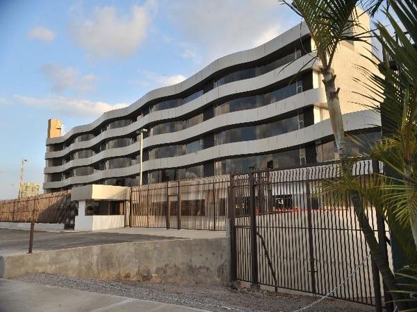 El edificio al que se trasladarían todas las dependencias del Micitt se encuentra situado 200 metros al oeste de casa Presidencial, junto a intersección con carretera a circunvalación. El Ministerio ocupará parte del primer nivel, el segundo piso y 89 estacionamientos.