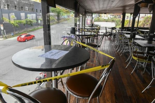 En un recorrido por el centro de San José por algunos restaurantes, trabajaban algunos con menos personal, a un 50%,en algunos casos reflejaban sus administradores alguna preocupacion por la poca afluencia de gente. Foto de Jorge Castillo