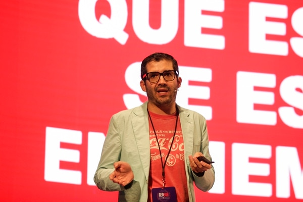 Hay que ser disruptivo, reaccionar con rapidez y contando la historia en forma simple, cuestionando el status quo e incluyendo el punto de vista de la marca, recomendó Carlos Peñaherrera, de Coca Cola. (Foto Alejandro Gamboa)