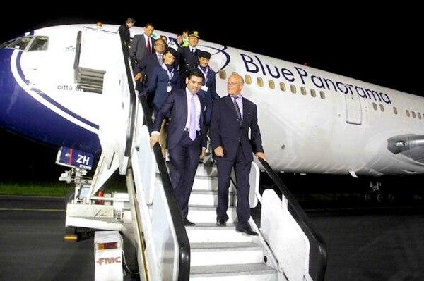 Laureano Ortega (izquierda), hijo del presidente Daniel Ortega y asesor de ProNicaragua, y Franco Pecci (derecha), presidente de Blue Panorama, cuando aterrizó en Managua el vuelo inaugural de la compañía aérea italiana