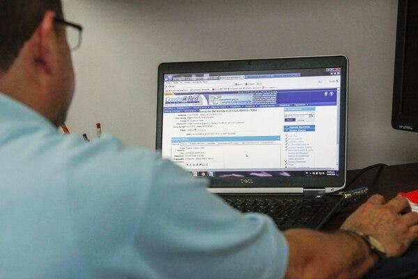Compra Red, que es el servcio que ofrece el Ministerio de Hacienda para que las empresas hagan compras electrónicas. en la foto: Roy Durán del departamento de asistencia técnica