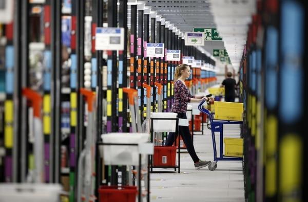 Una operaria de Amazon prepara pedidos hechos por los consumidores a través de Internet durante el viernes negro.