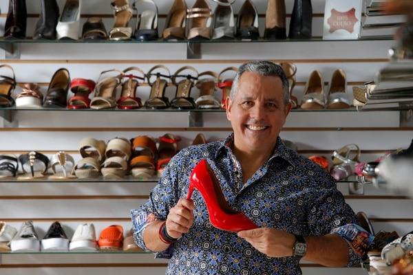 Las ventas de zapatos bajaron 80% con la llegada de la pandemia, sin embargo, el diseñador prepara dos colecciones y creará su propia página web. Fotos: Mayela López