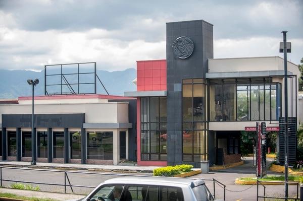 El local que usaba Burger King en San Pedro, cerca de la rotonda de la Hispanidad, está completamente desocupado y no utiliza las marcas de Burger King.