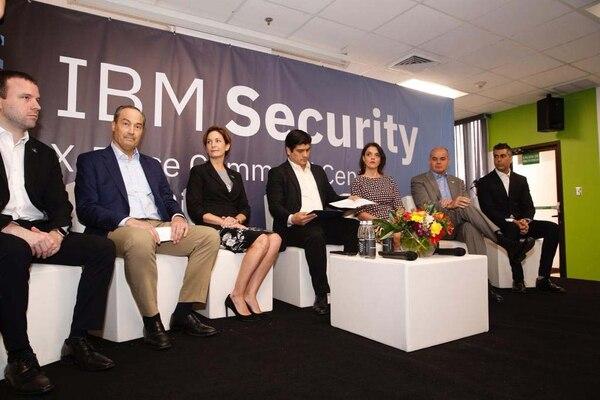 El presidente Carlos Alvarado (centro) participó en el anuncio de la expansión de IBM en Costa Rica con la ampliación de la operación del Centro de Operaciones de Seguridad en Costa Rica. A su lado, Dyalá Jiménez, ministra de Comercio Exterior y personeros de IBM. Foto Albert Marín.
