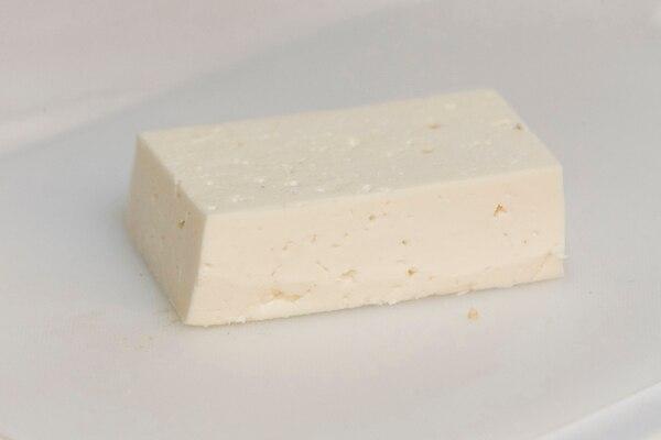 Anime su mesa con quesos artesanales ticos