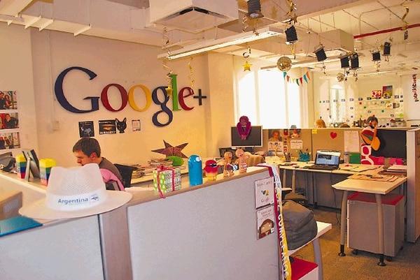 Los Googlers personalizan los puestos de trabajo para sentirse a gusto. En el comedor se mantienen conversaciones informales mientras se come. Al fondo, una pared pintada por ellos mismos (esquina inferior derecha).