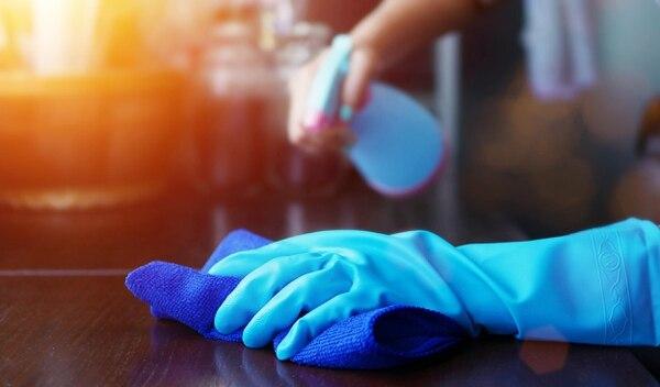 Las superficies de uso constante, como las mesas de los restaurantes, deben ser desinfectadas frecuentemente, por personal con guantes. Foto: Shutterstock