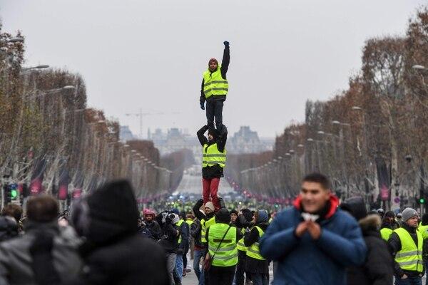 Desde que empezó el movimiento, las compañías de seguros registraron unos 6.000 siniestros relacionados con las protestas, incluyendo daños en 4.000 vehículos, en varios centenares de viviendas y en 2.000 empresas que sufrieron daños materiales y pérdidas. Foto: AFP.