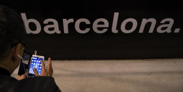 Un visitante del Congreso Mundial Móvil, en Barcelona, prueba su smartphone en una pausa durante el evento.