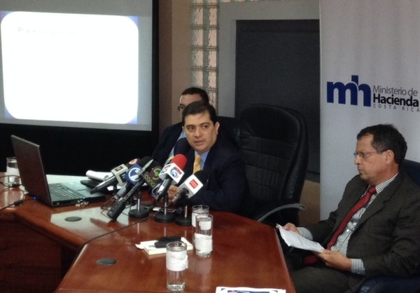 Carlos Vargas, director de Tributación, anunció junto con Fernando Rodríguez viceministro de Hacienda (detrás de Vargas), las medidas contra los proveedores y donantes de los partidos políticos.