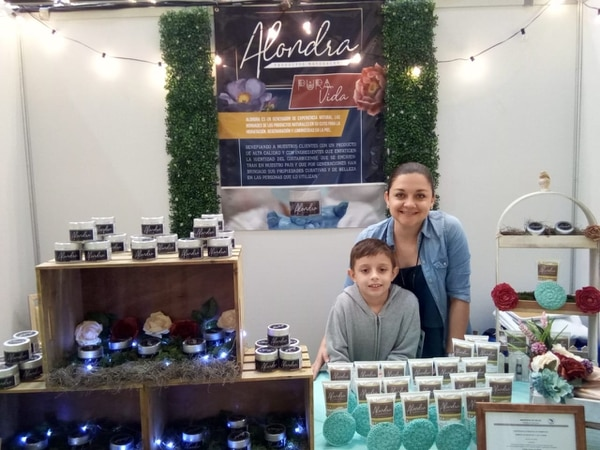 Marta Rodríguez y su hijo, Juan Pablo, actualmente de ocho años, presentando sus productos en una feria de emprendimientos. (Foto cortesía Alondra)