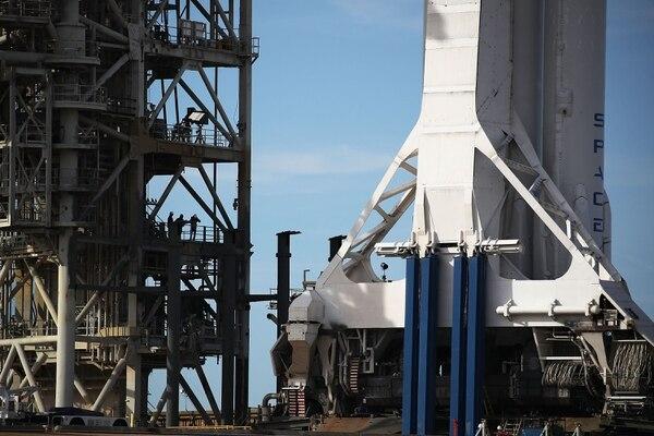 El cohete Falcon Heavy preparado para su lanzamiento en Cabo Cañaveral, en Florida. (Foto Joe Raedle/Getty Images/AFP)