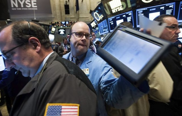 Agentes de Bolsa trabajan en el parqué de Nueva York, Estados Unidos. Wall Street abrió hoy con pérdidas y el Dow Jones de Industriales, bajaba un 0,45 % a la espera de que concluya la reunión de la Reserva Federal (Fed).