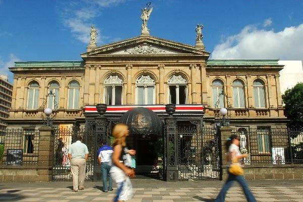 Fachada de Teatro Nacional (31-09-09). Foto: Rafael Pacheco