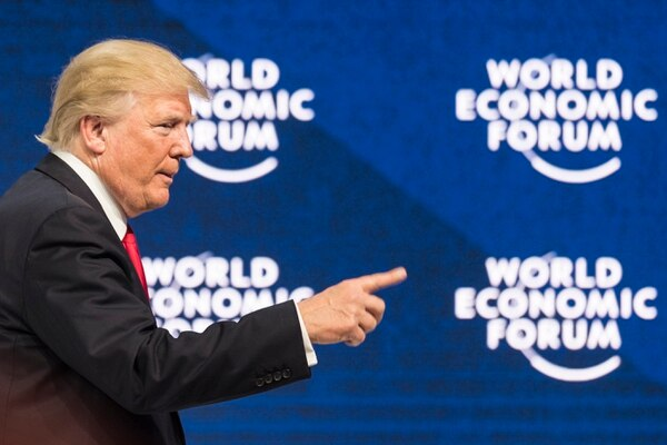 26/1/2018. AP. EF. Donald Trump, presidente de los Estados Unidos, participa en una sesión plenaria durante la reunión anual del Foro Económico Mundial (WEF), en Davos, Suiza. El mandatario habría prometido un crecimiento económico del 3%. (Laurent Gillieron/Keystone via AP)