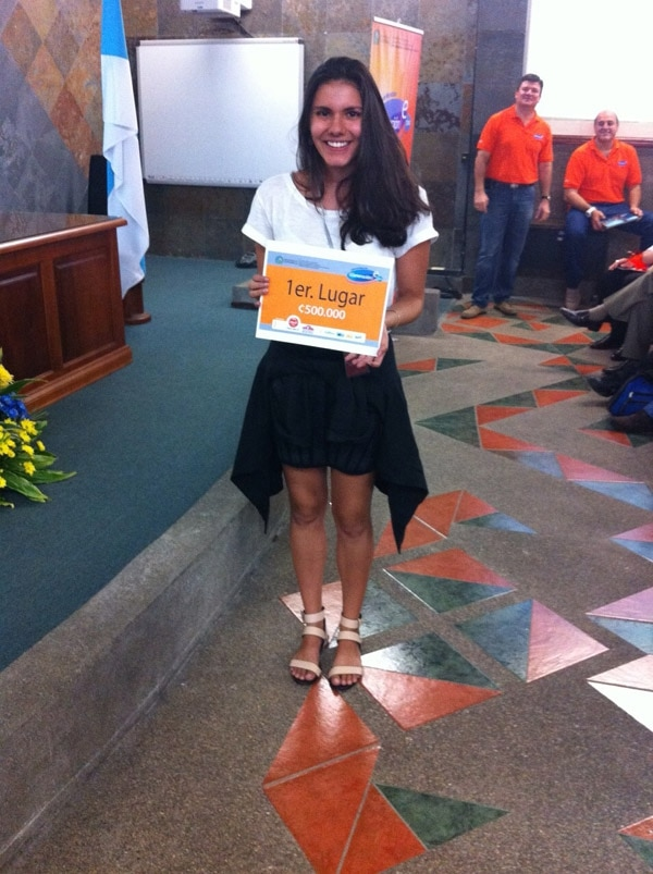 Ana Irene Barrantes, de 18 años, recibió ¢500.000 por haber obtenido el primer lugar en la feria. Ella estudia en la sede Rodrigo Facio, en San Pedro.