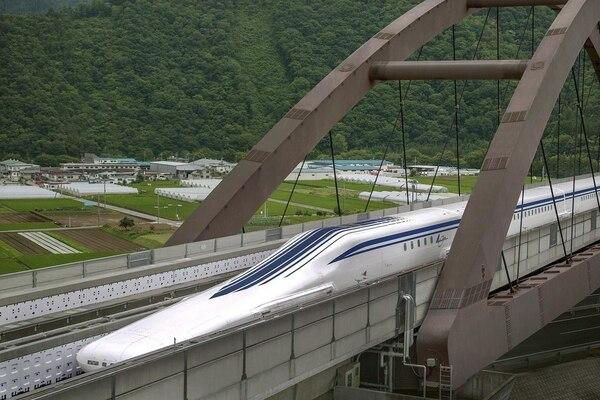 La fotografía muestra el tren de levitación magnética durante unas pruebas el 3 de julio de 2013.