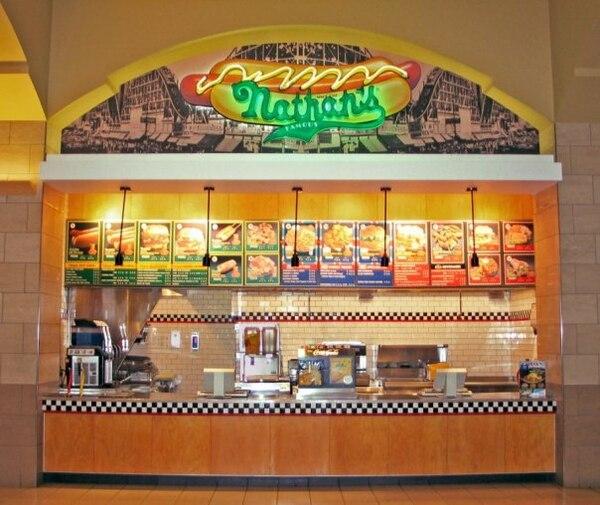 Nathan's Famous opera unos 319 locales en el mundo, además de una distribuidora de snacks de la misma marca.