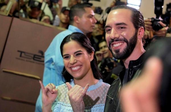 El presidente electo de El Salvador, Nayib Bukele, junto a su esposa Gabriela Rodríguez, luego de votar este domingo.