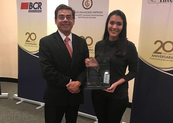 11/12/2017. Cámara de Fondos de Inversión. EF. La periodista de EF, María Esther Abissi, recibió el premio al mejor reportaje de fondos de inversión del 2017 de manos de Víctor Chacón, director ejecutivo de la Cámara de Fondos de Inversión de Costa Rica.