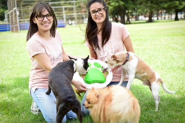 Jacqueline Arias Ortega, publicista de 32 años, y su amiga Mariel Chavarría González, nutricionista de 29 años, fundaron la empresa en el 2015. Foto: Guau Bakery para EF.