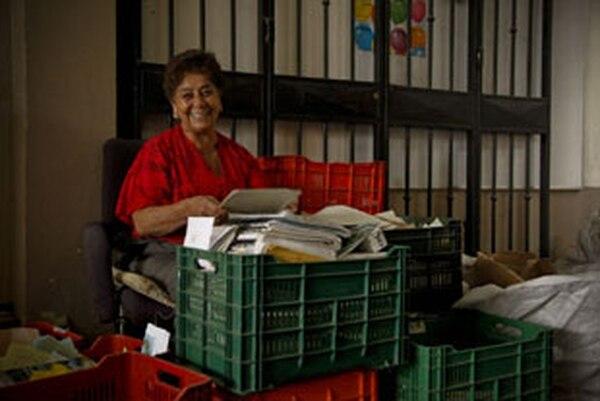 Norma Campos se encarga de preparar los papeles para el reciclaje. Ni tiempo le queda para leerlos, dice.
